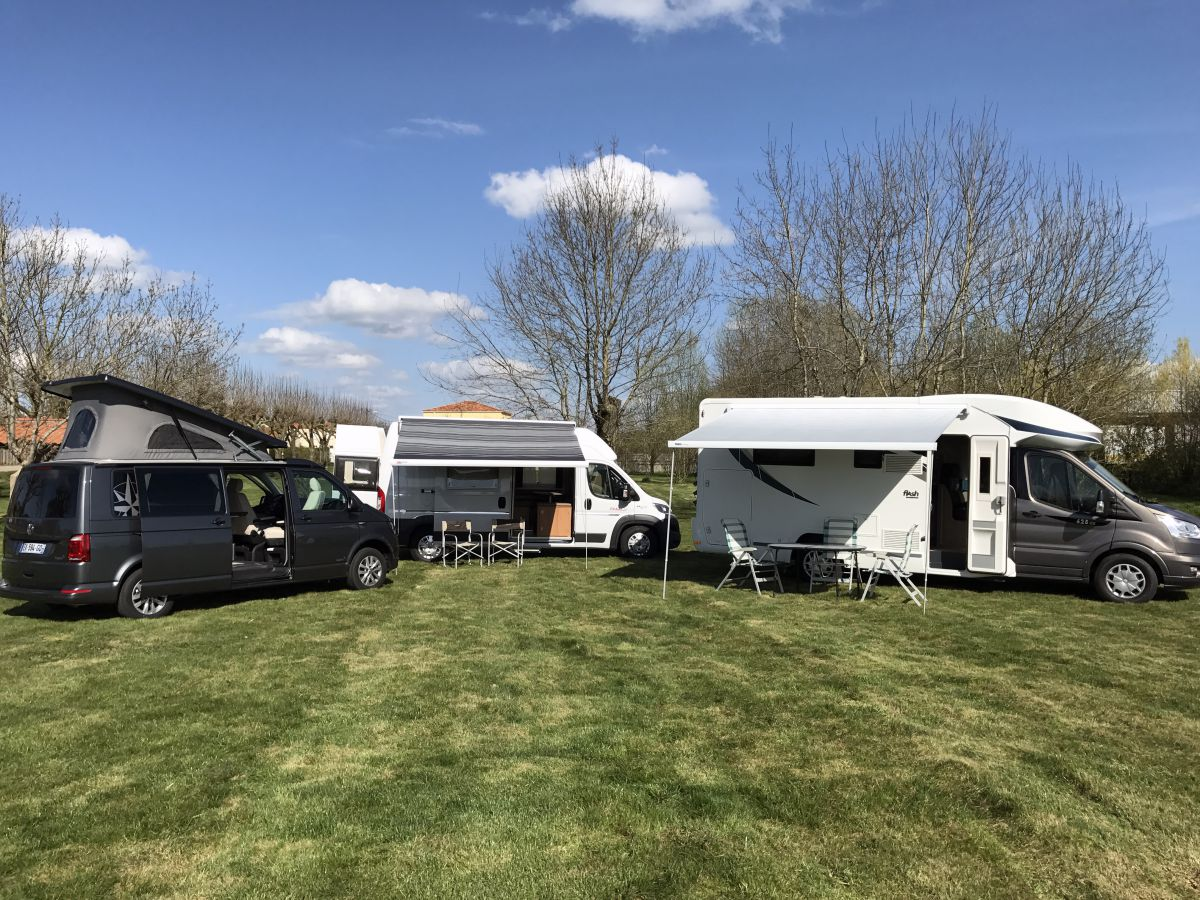 Location fourgons camping cars minibus loizeau location for Garage ford vendee